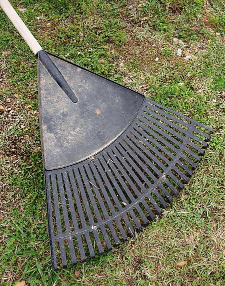 Broad plastic leaf rake